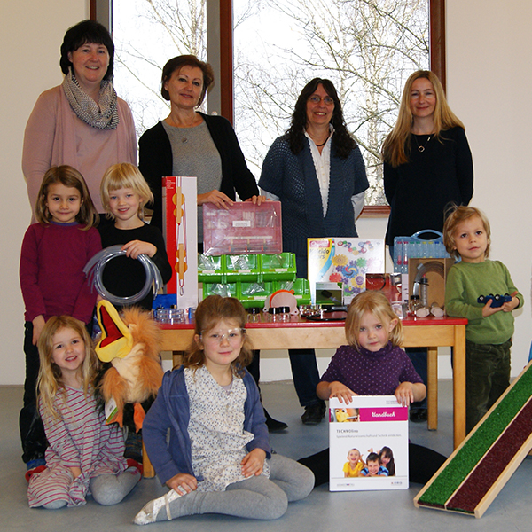 (v.l.) Ursula Schur von BBQ, Kita-Leiterin Evelyn Schuster und die Erzieherinnen Andrea Hartig und Silke Medvesek freuen sich gemeinsam mit den Kindern über das TECHNOlino-Forscherset.