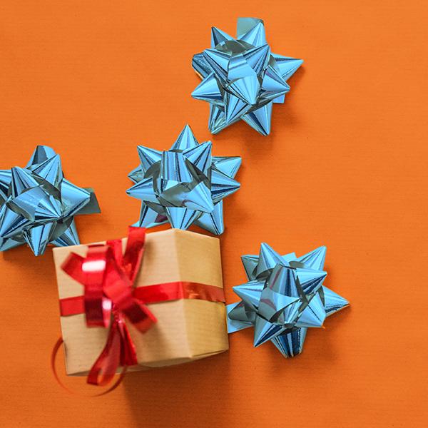 Ein Bild mit Weihnachtsgeschenk