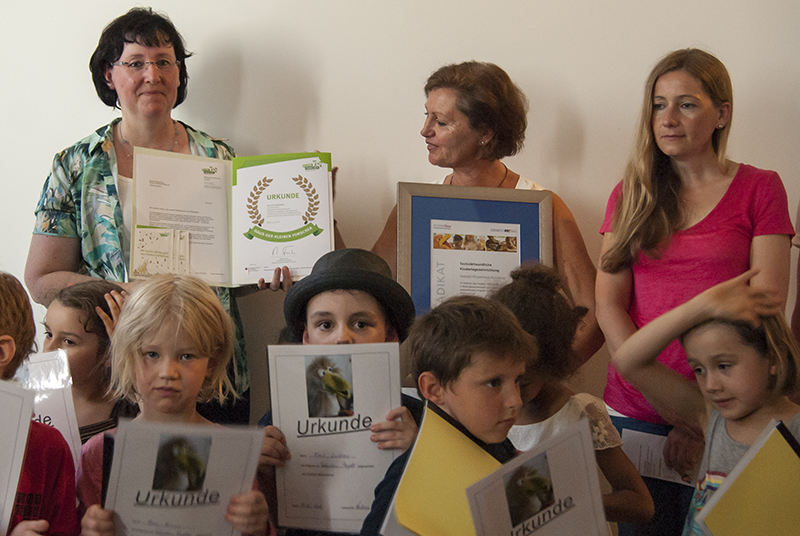 (v.l.) Ursula Schur von BBQ, Kita-Leiterin Evelyn Schuster und die Erzieherin Silke Medvesek freuen sich gemeinsam mit den Kindern über die Auszeichnung.