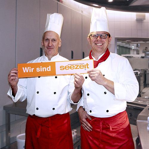 """Mensaleiter Jürgen Doser (r.): """"Der nette Umgang und die freundlichen Studierenden bereichern meine Arbeit ungemein."""" Sein Stellvertreter, Thomas Kittendorf, kocht bereits seit 28 Jahren hier: """"Das Team ist auch ein stückweit zur Familie geworden."""""""