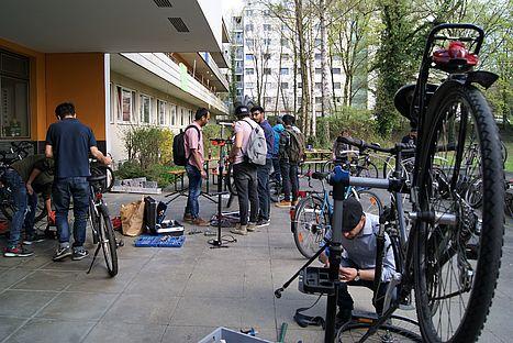 Zahlreiche Studierende nutzten die Gelegenheit, ihre Fahrräder in entspannter Atmosphäre mit Werkzeug und Unterstützung von Seezeit fit zu machen für die Radsaison.