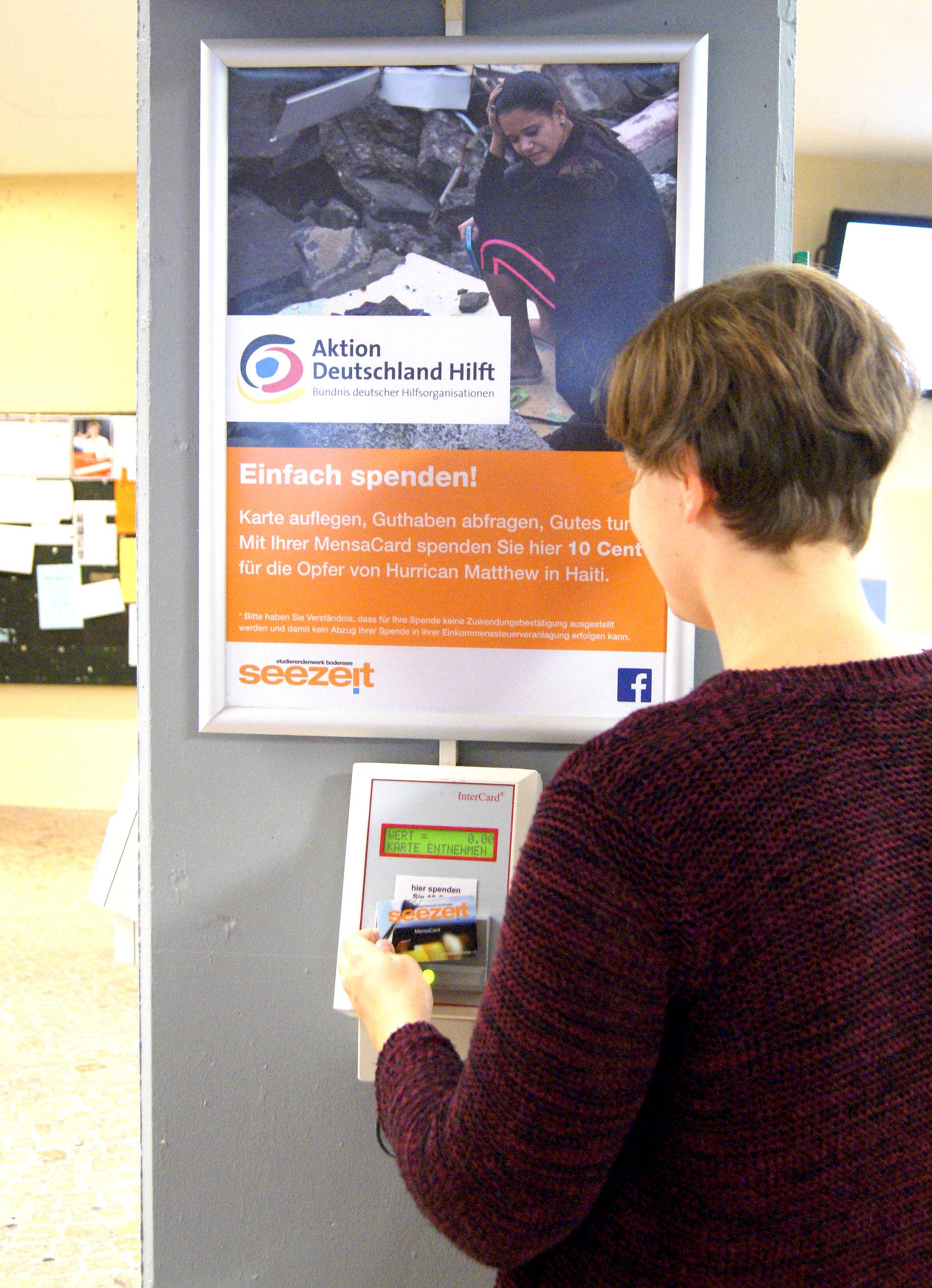 An einer der Chipkarten-Stationen vor der Mensa in der Uni Konstanz können Studierende das Guthaben auf ihrer Seezeit MensaCard abfragen und gleichzeitig Menschen in Not unterstützen. Foto: Seezeit