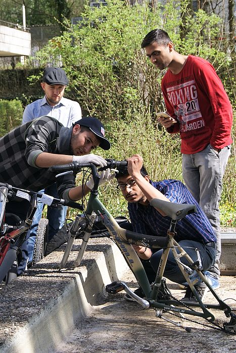 Hilfe zur Selbsthilfe war das Motto beim Fahrrad Frühjahrscheck von Seezeit vor dem Eugen-Bolz-Studentenwohnheim.