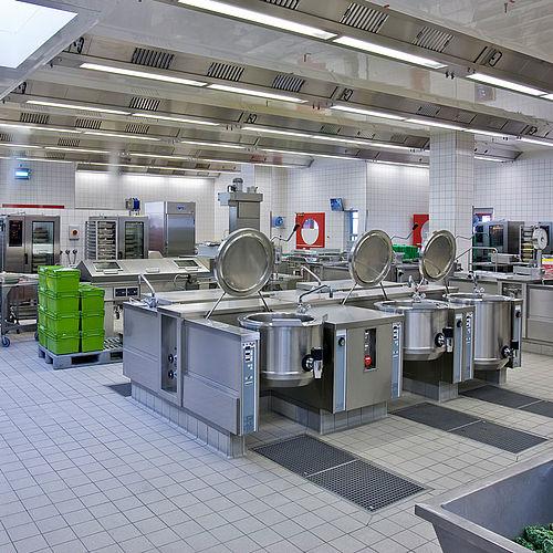 Die Mensaküche an der Uni Konstanz ist großzügig und modern ausgestattet.
